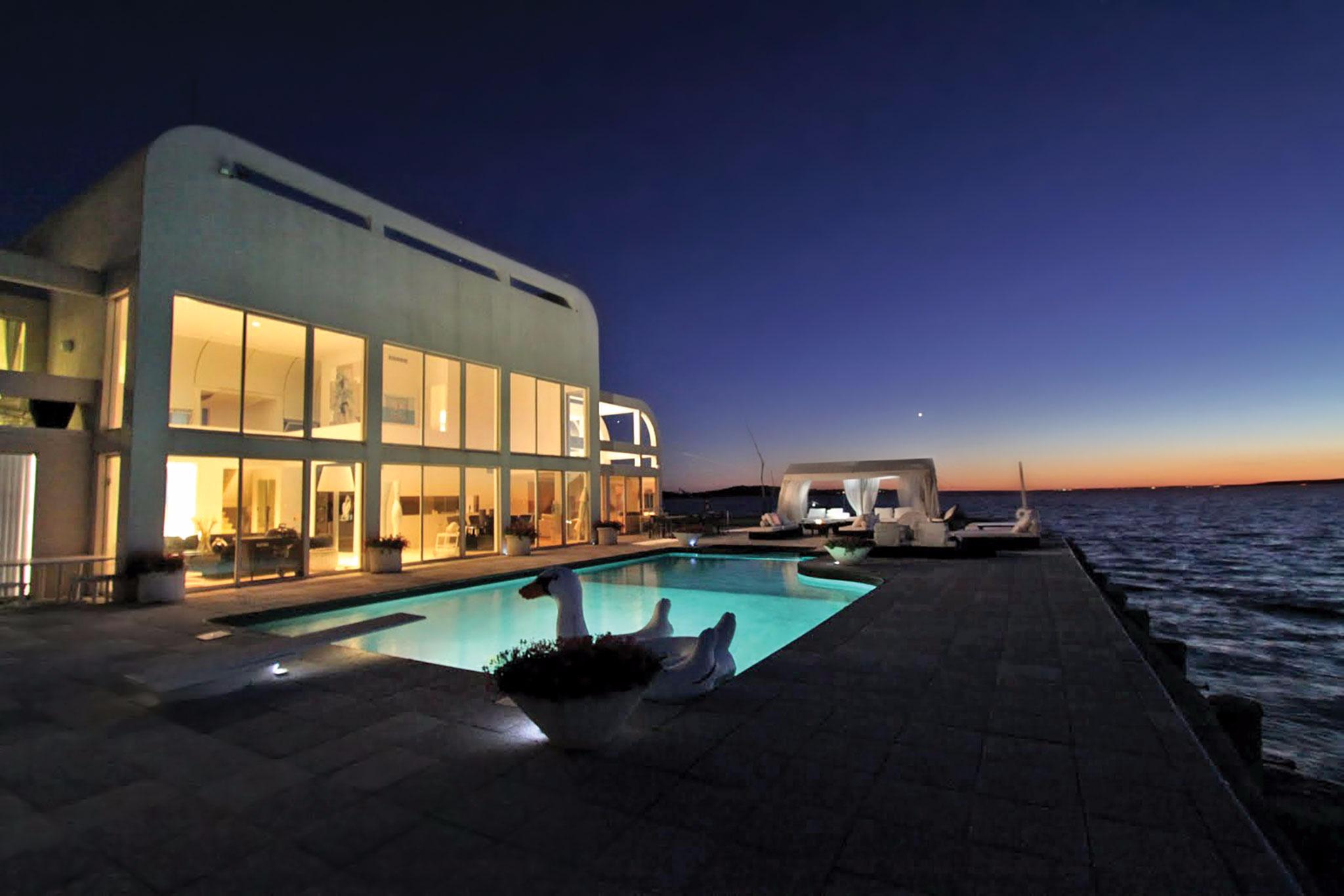 Additional photo for property listing at Stunning Waterfront Contemporary  Southampton, Nueva York